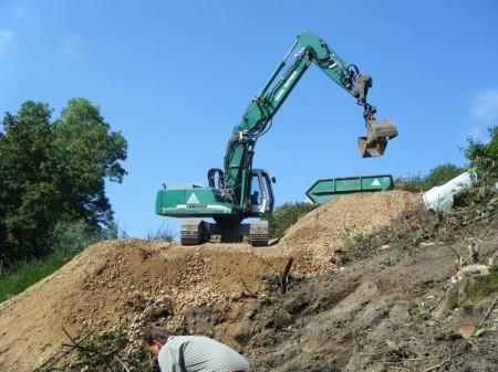 Bergung LKW und Bagger, Abtragen verseuchtes Erdreich