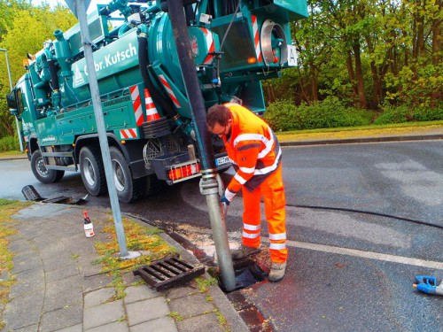 Notfall-Einsatz: Straßeneinlauf Absaugung nach Ölunfall
